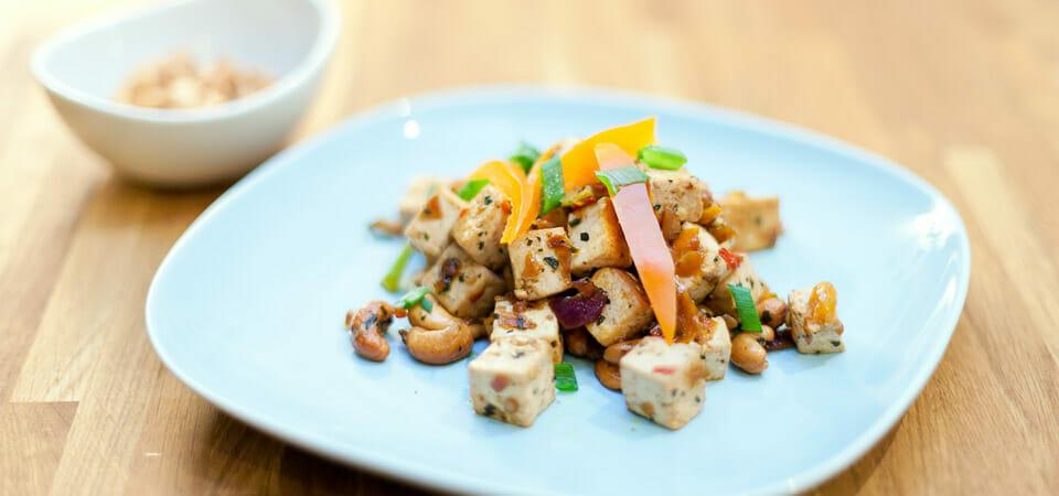 Tofu med søt chilisaus og cashewnøtter