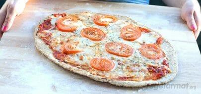 Pizza med mozzarella og tomat – vegetaroppskrift